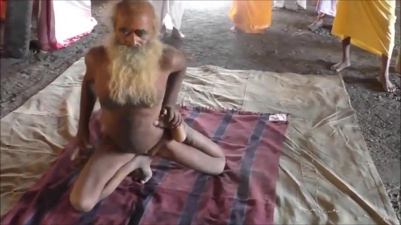 Йога без гламура Демонстрация асан .Kumbh mela 102 yrs sadhu doing yoga do watch