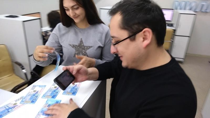 Сотрудники телекомпании Миллет тестируют приложение для новых купюр. Приложение также создает 3D-анимацию символов, изображенн