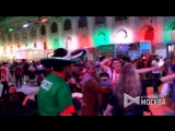 Болельщики празднуют победу сборной России в матче с Египтом в Доме Мексики в Гостином дворе