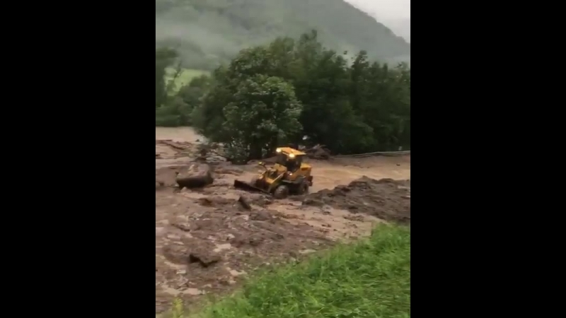 Техника разгребает сель в Карачаево-Черкесии