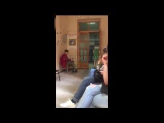 В Омске мамаша таскала за шкирку свою маленькую дочь