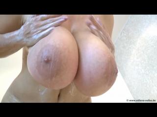 Milena Velba горячая зрелая мамка и ее большие натуральные сиськи в ванной, не порно, зрелая, мильфа, голая