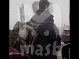 Москвич буксует на самокате в «снежной» пробке