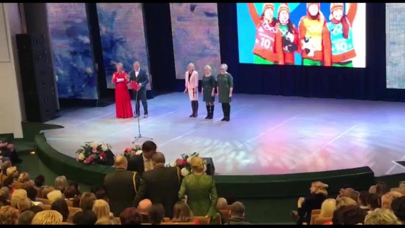 Мам белорусских биатлонисток чествуют на церемонии награждения конкурса