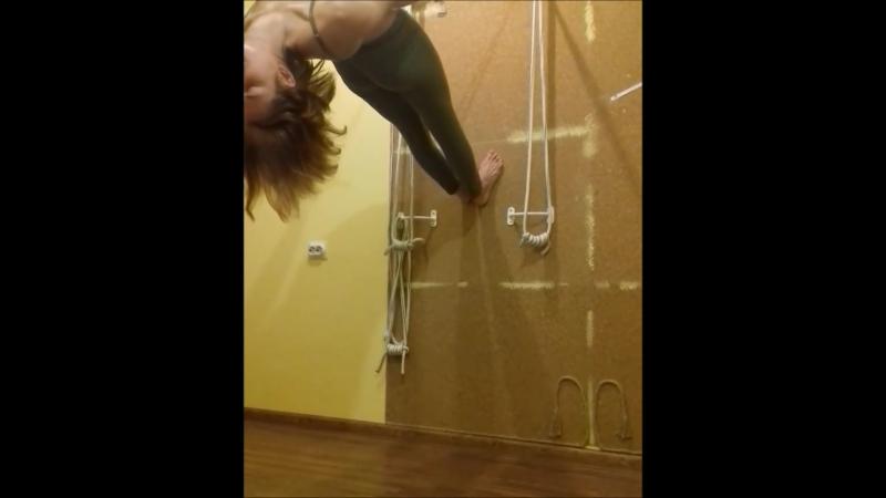 комбо переход от лицом к стене к спиной к стене kuranto yoga , йога с веревками, тренер Вера Атмос