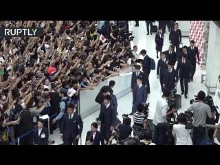 Болельщики и журналисты встретили сборную Японии по футболу в аэропорту Токио