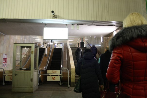 Эскалаторы, может быть даже рабочие, но никогда не работают — поднимутся по лестнице.  1—5 января 2018