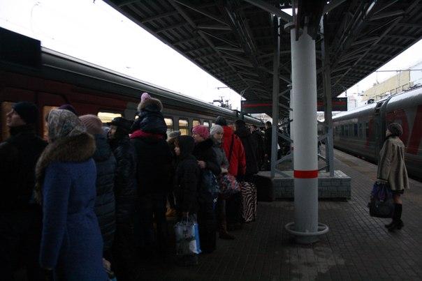 В электричках очень-очень опасно. Неопытному может показаться, что двери вот-вот откроются, но на самом деле люди вплотную к ещё не остановившемся поезду.  14 ноября 2017