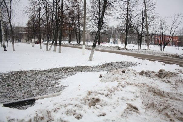 Парковка возле памятника паровозу  2 января 2018 года.