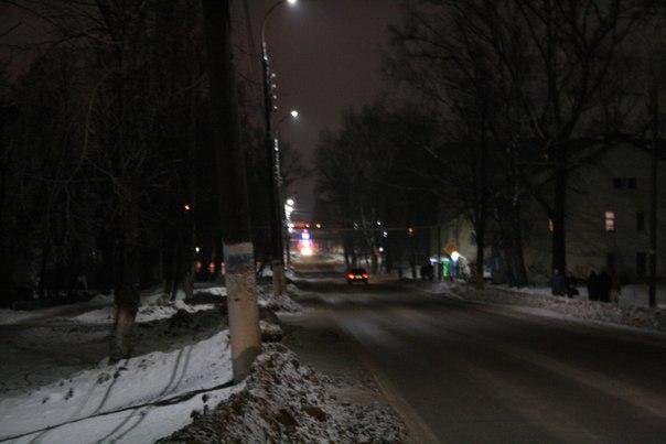 В далеке виднеется световая установка ФОКа в виде фаллического фонтана света.  2 января 2018 года.