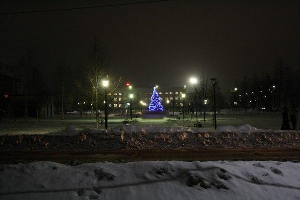 Ночью эта ёлка ещё и горит  Она же днём: https://vk.com/photo16174219_456260179  2 января 2018 года.