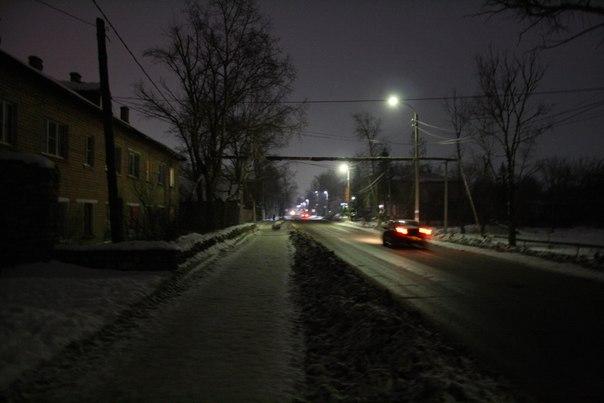 Окончательно разобрали бараки справа, но ничего ещё не поставили. Все фонари на улице горят — уже приятно.  Ночная летняя версия: https://vk.com/photo16174219_456246454 Летняя дневная версия: https://vk.com/photo16174219_456246116  2 января 2018 года.