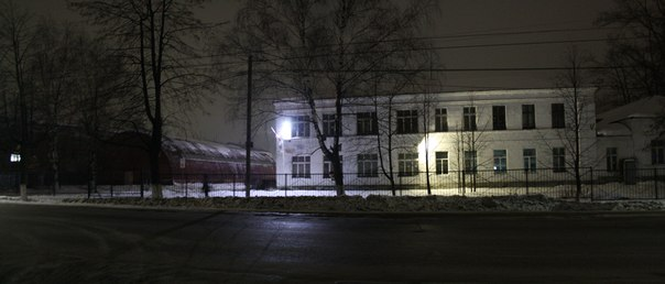 Почти вся первая школа залита светом.  Граффити на 9 мая от Макса Лобанова закрашено.  Летняя версия: https://vk.com/photo16174219_456246528  2 января 2018 года.