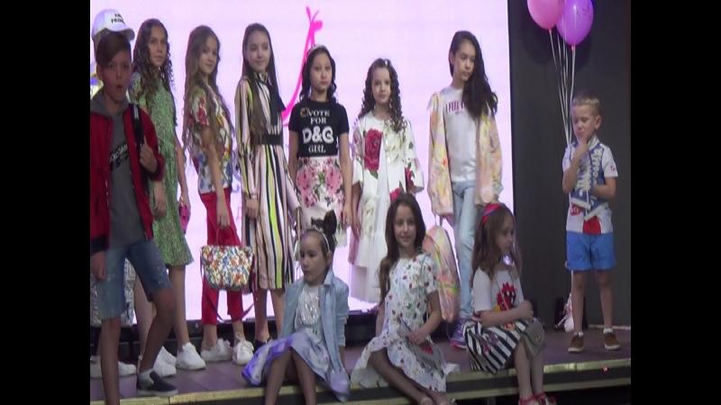 Показ одежды Кенгуру Maxi Models 2018 Софи 9 лет