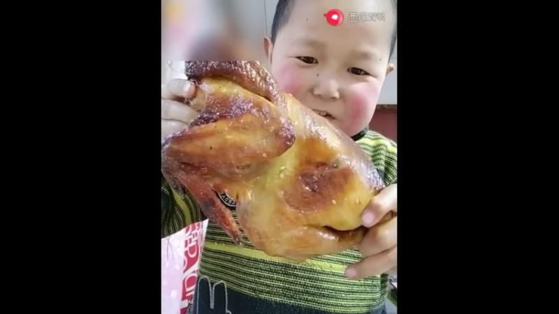 Китаец кушает всё