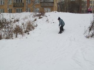 Сынуля учится кататься на сноуборде)