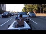 Тюменец прокатился по центру города в ванне с пеной