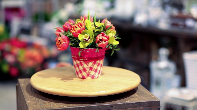 Мини-композиция из пионовидных тюльпанов и орхидей