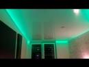 Белый глянцевый натяжной потолок RGB лента по периметру