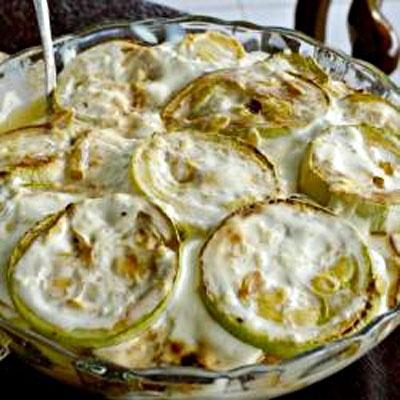 жареные кабачки с чесночным соусом нежные кабачки в ароматном соусе из майонеза, зелени и чеснока будут отличной закуской на праздничном столе! с приходом весны на прилавках появляется множество смачных, свежих овощей из которых можно готовить