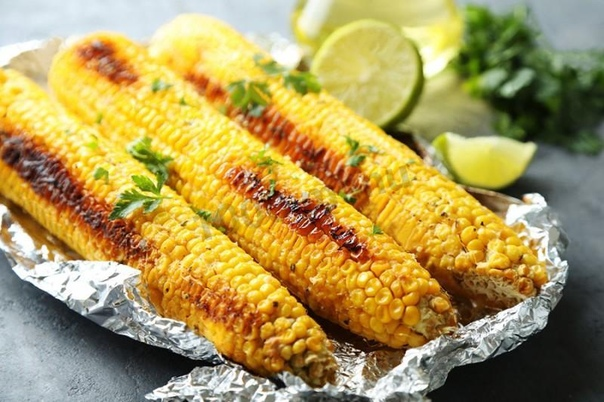 кукуруза, запеченая в духовке самый распространенный способ приготовления кукурузы - это, наверное, отварить ее. но мы предлагаем запечь кукурузу в духовке в фольге, и если вы еще не пробовали её в таком виде, советую не терять времени и немедля