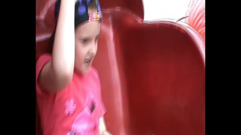 Василисса с дедушкой Сашей на аттракционе Вальс в парке Гагарина