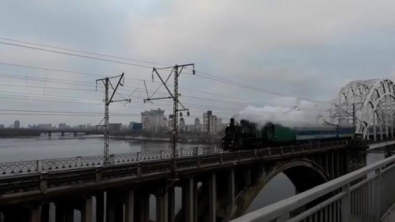 паровоз Эр 787-46 c ретро поездом на Дарницком мосту