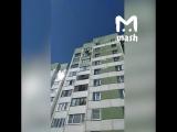 В Санкт-Петербурге сняли на видео, как монтажник-высотник спас девочку, висящую на балконе 9 этажа