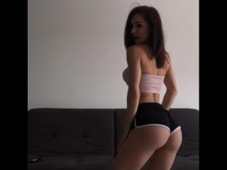 Evgeniya Mosienko стройная русская девочка с сочной упругой попкой двигает булками под музыку, секс большие жопы не порно