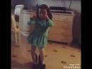 Девочка классно танцует на маминых каблуках