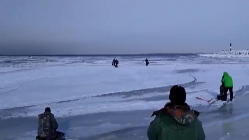 под сидящими рыбаками волной начало крошить лёд
