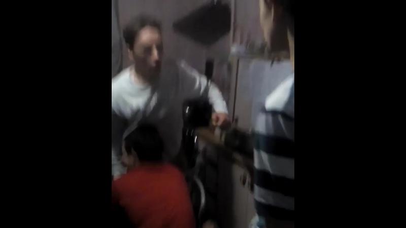 Семик отбивает удары Нарушил состояние челки у Веталя
