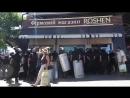 Полиция Авакова защищает магазин олигарха Порошенко Roshen, в то время как киевляне громили киоски торгашей с востока, избивших