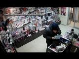 Налетчики ограбили секс-шоп за считаные секунды