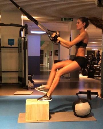 "Izabel Goulart on Instagram: ""BodyByIza mode 🔛👊💥Everyone Let's workout!! Treino no estilo BodyByIza ! Vamos malhar galera 👊💥 paris workout foc..."