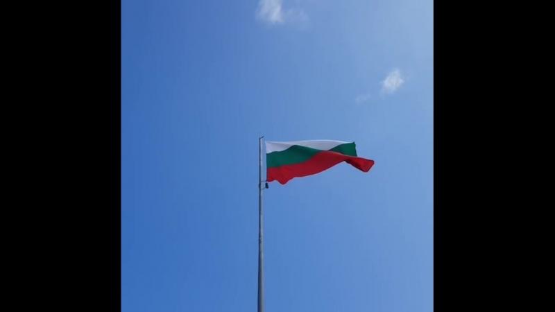 Болгарский Флаг на фоне чистого неба Bulgaria flag Flagge  teremlux  teremlux.com недвижимостьвболгарии напряму