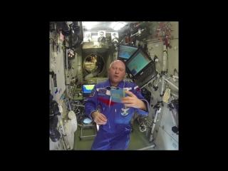 Космонавт Роскосмоса Олег Артемьев записал видеообращение с международной космической станции. А вместе с экипажем 55 длительной