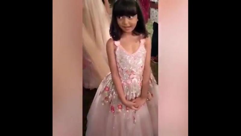 Аарадхия кружиться в своем красивом платье как принцесса