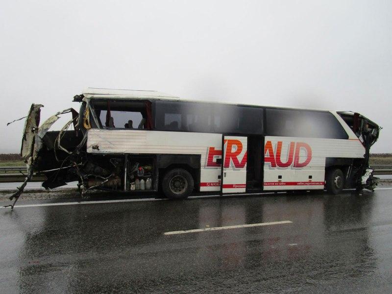 Пассажирский автобус из Таганрога попал в смертельное ДТП с фурой на трассе М4 «Дон»