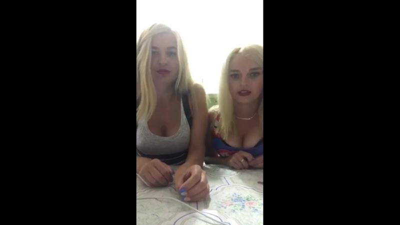 Сисястые подружки блондинки развлекают зрителей перископа