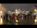 Танцы. Обычные люди танцуют на улицах Питера. Уличные музыканты. Железный Ирокез.