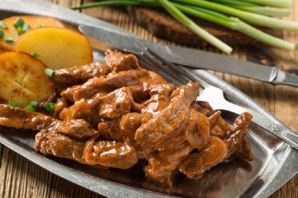 бефстроганов бефстроганов - популярное блюдо русской кухни, приготовленное из мелко нарезанных кусочков говядины (брусочки), залитых горячим сметанным соусом. бефстроганов: ингредиенты мясо (говядина) — 500 г чернослив — 20-25 шт грибы (свежие или