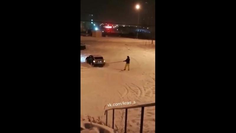 Красноярец прокатился на сноуборде по городу