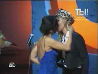 Поцелуй Тины Конделаки и Ксении Собчак