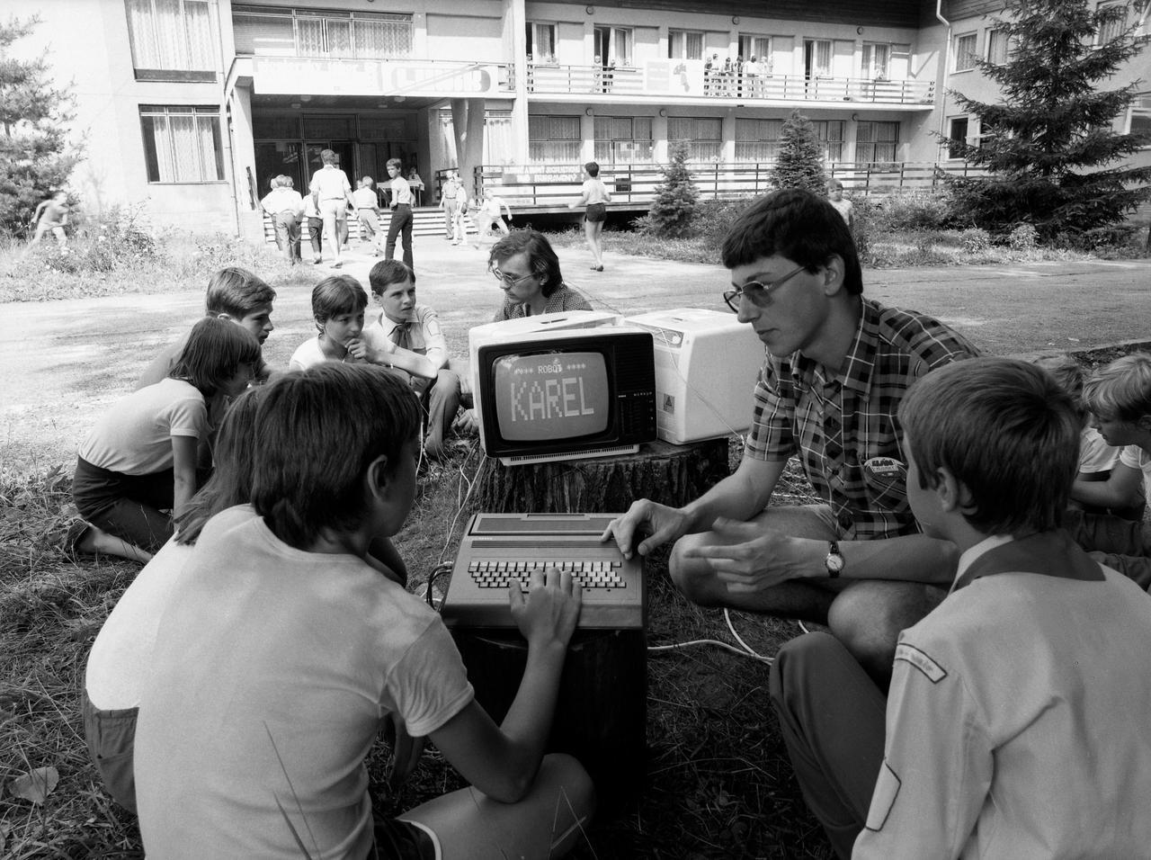 Пионеры изучают компьютер. Чехословакия, 1986 год.