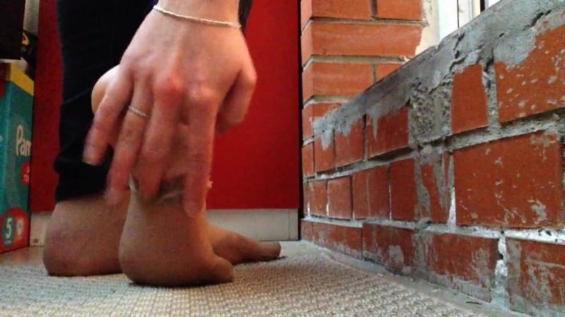 Ножки в капроновых носочках