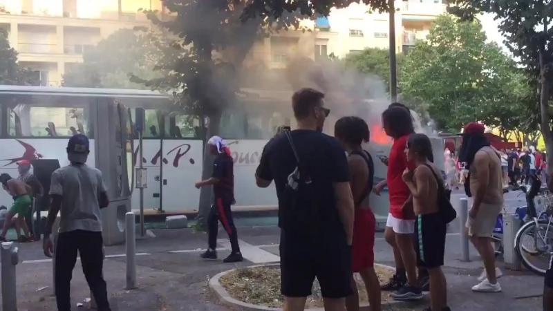 Marseille Frankeich Nach dem WM -Sieg Migranten verbrennen plündern Touristenbus.