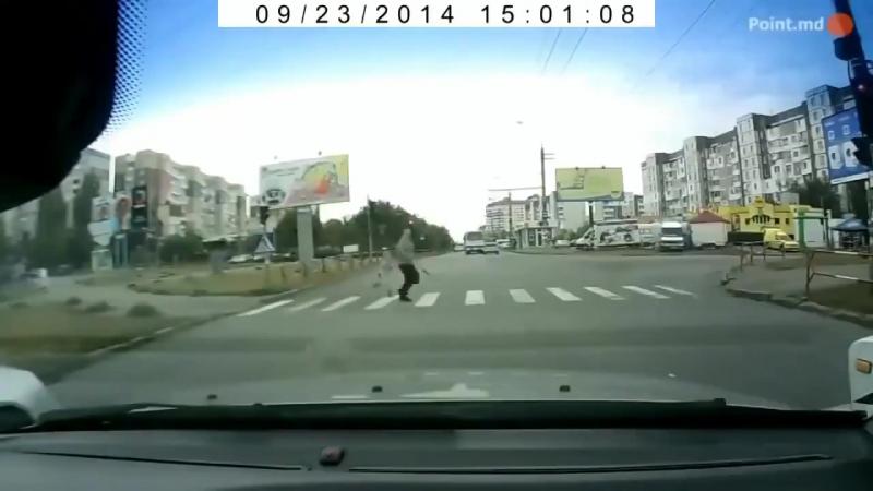 Аварии и ДТП с участием гонщиков убийц, детей и их бестолковых родителей...очень жесткое видео 21 (смерти на дороге)