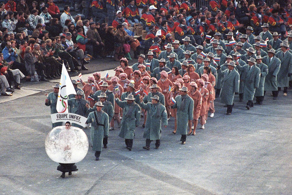 "Олимпийская сборная ""СНГ"" под белым Олимпийским флагом, 1992 год."