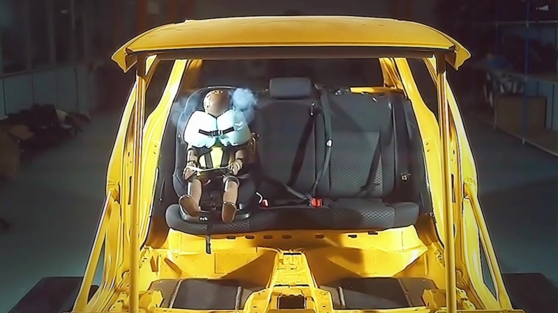 Детское автокресло AxissFix Air с подушками безопасности от Maxi-Cosi